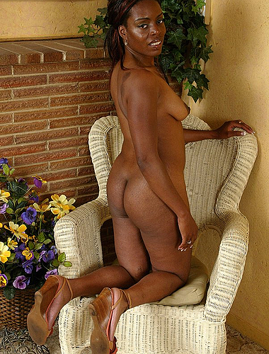 Ebony Milf Hottie Spreads Wide To Show Her Pussy