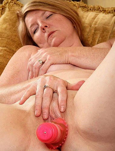 Naughty Housewife Gets Herself Off With Her Pink Dildo