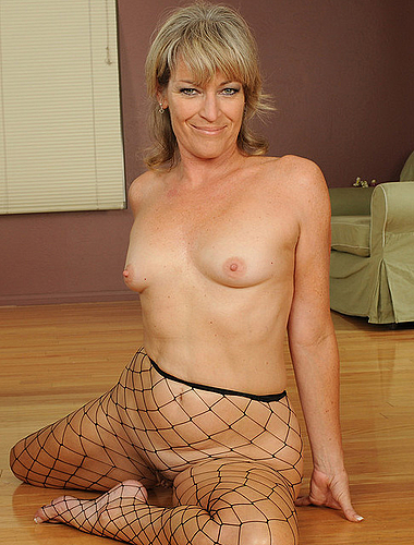 Mature Hottie Spreads And Masturbates On Her Couch