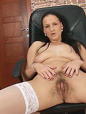 Walleria rubs her meaty hairy pussy lips