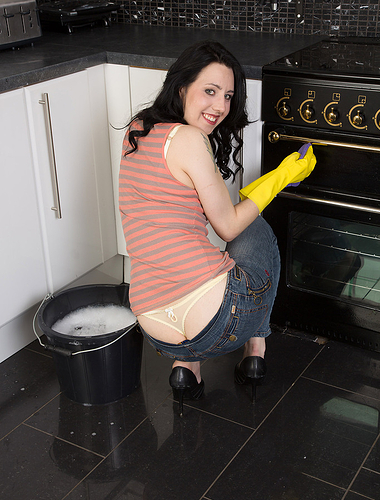 Brunette housewife Honesty gets herself all wet from inside the her kitchen