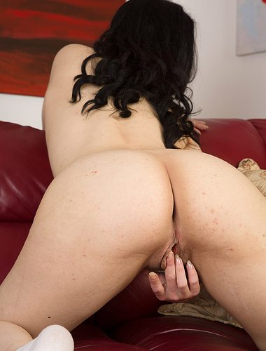 Cute 30 yr old brunette Honesty stretching her shaven beaver