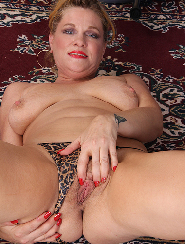 44 year old Courtney Smith from AllOver30 streatching her pussy