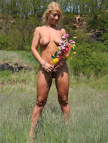 Older Chick Posing Naked And Spreading In The Backyard